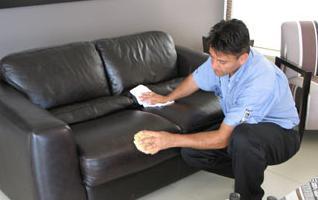 Чем почистить диван в домашних условиях от запаха