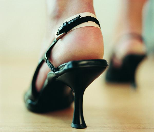 как разносить лаковые туфли