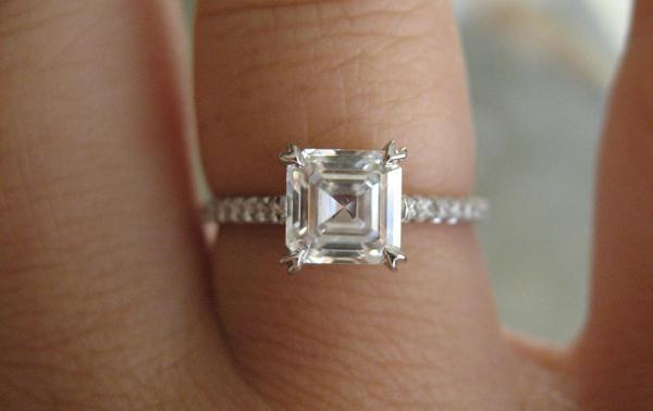 What finger wear the engagement ring?