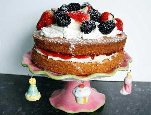 Бисквитный торт с фруктами