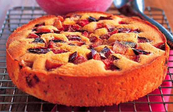 бисквитный пирог со сливами рецепт с фото пошагово