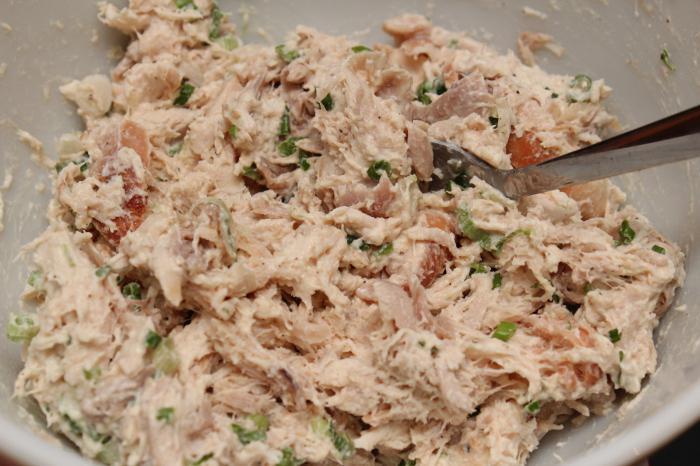 Салаты слоеный салат с жареными грибами, курицей и сыром ингредиенты.