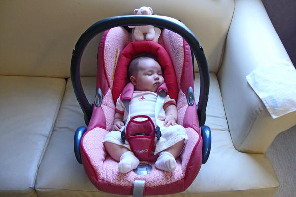 Не вредно ли сажать новорожденного в автокресло 17