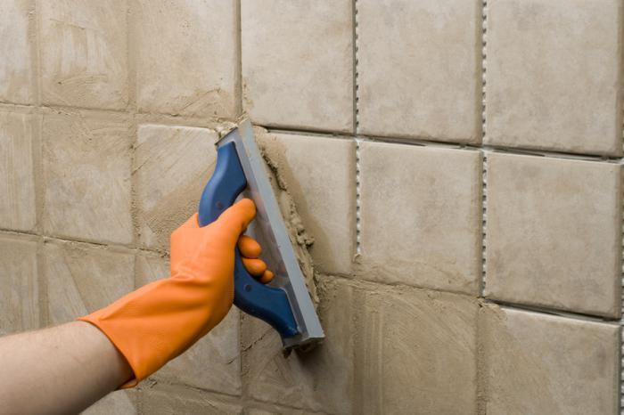 Как правильно затереть плитку на стене