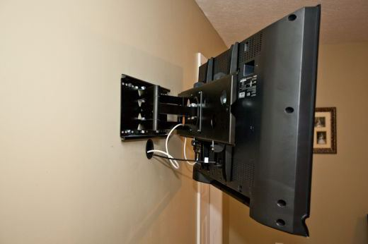 как вешать телевизор на кронштейн