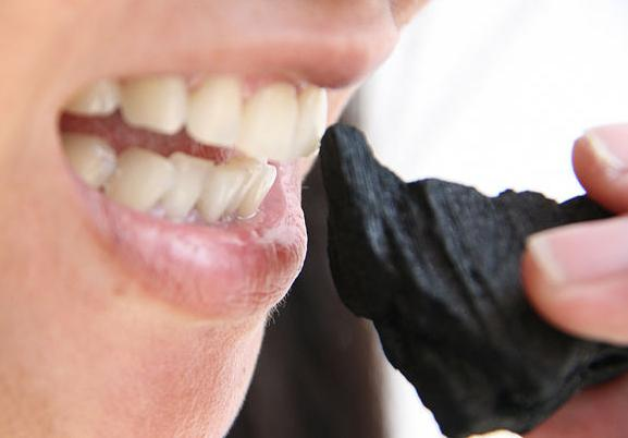 Почему нельзя отбеливать зубы углем