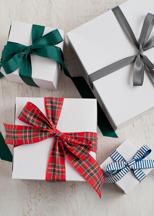 Как завязать атласную ленту на подарке 81