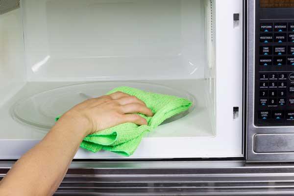 чем чистить микроволновку внутри