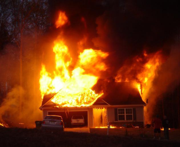 Видеть с улицы пожар дома с большим огнем – к боль -тому неожиданному счастью, но если вы стоите в большой толпе – к клевете.