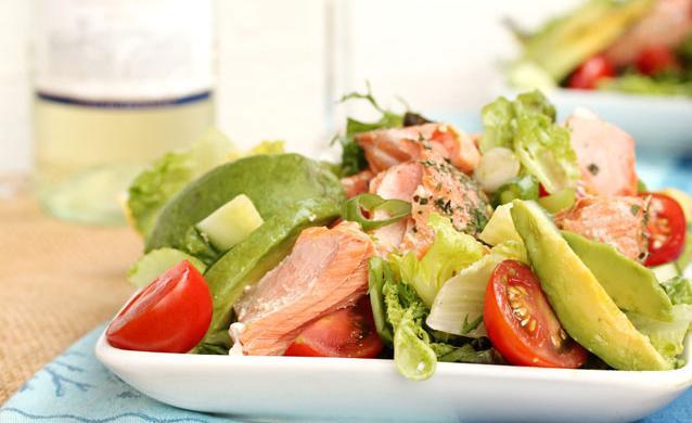 Салат цезарь с красной соленой рыбой