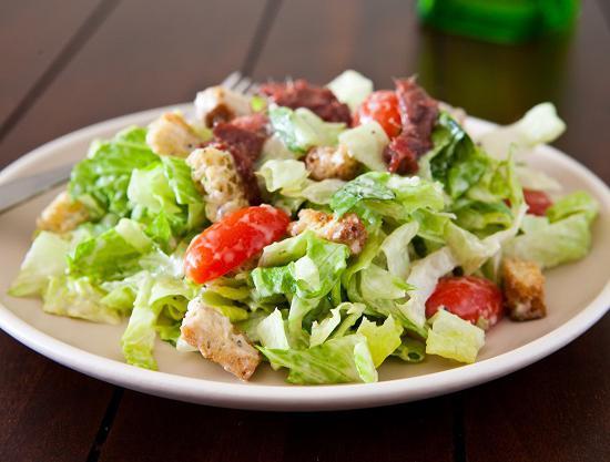 Как готовить салат цезарь с курицей и сухариками простой рецепт