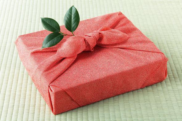 Сделать упаковку для подарка из гофрированной бумаги 8