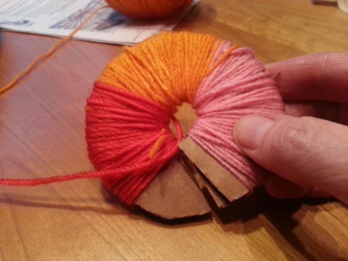вязание из пряжи с помпонами