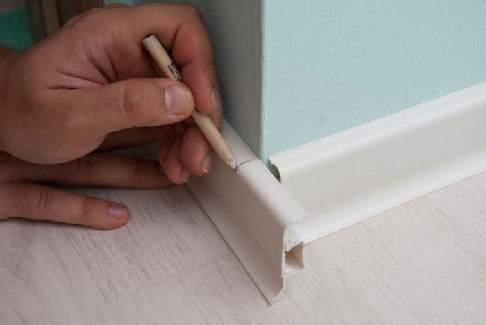 Как правильно сделать пластиковый плинтус