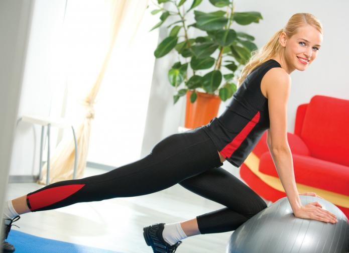 Тренировки девушки дома