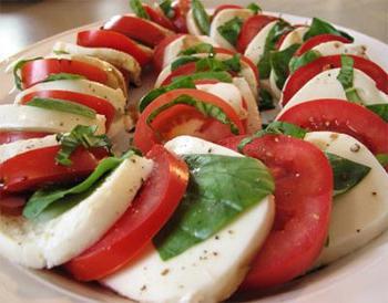 салат с моцареллой и помидорами и базиликом рецепт