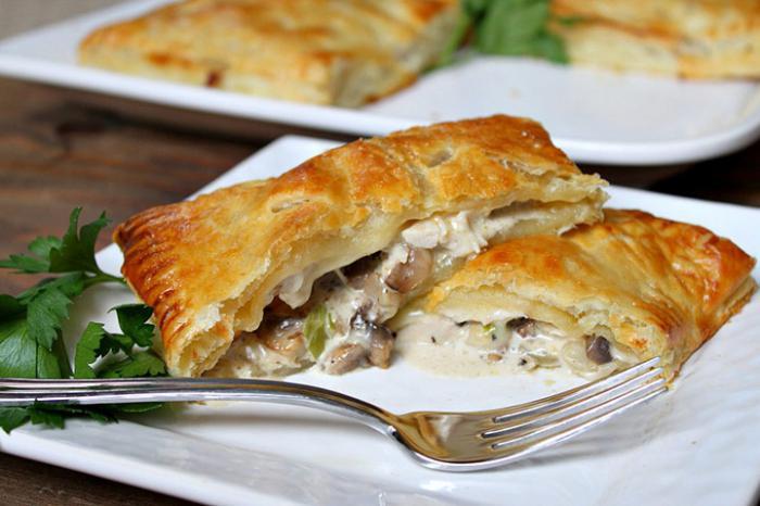 Пирог с грибами и луком из слоеного теста — пошаговый ...