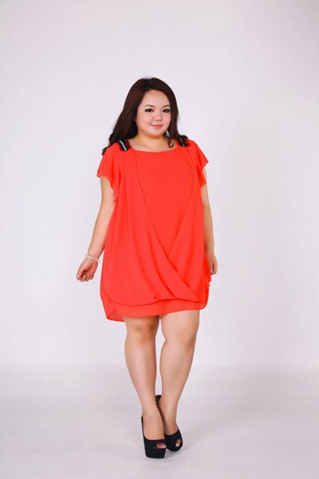 Женщина маленького роста в платье фото