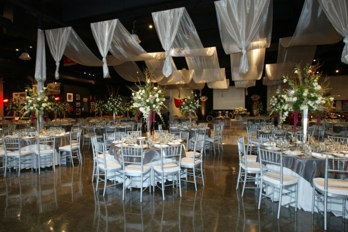 простое украшение свадебного зала