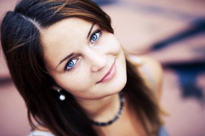 брюнетки с голубыми глазами
