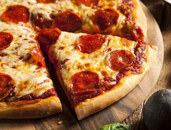 Пицца с колбасой помидорами грибами