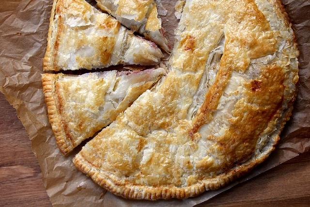 Пирог из слоеного теста с сыром и грибами фото рецепт