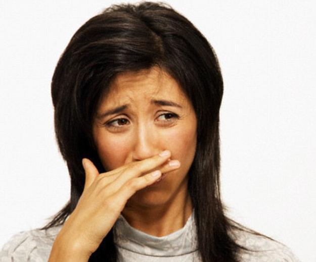 комочки изо рта с неприятным запахом