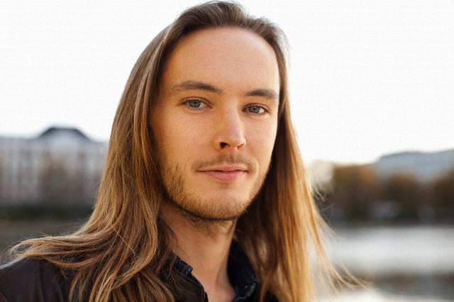 мужчины носят длинные волосы