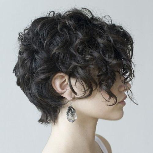 короткие вьющиеся волосы