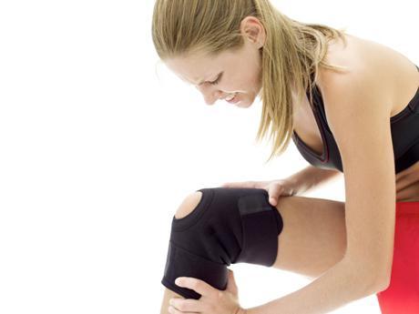 хрустит колено при приседании как лечить