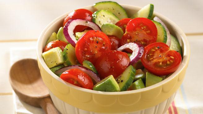 Калорийность в салате из помидоров и огурцов с зеленью