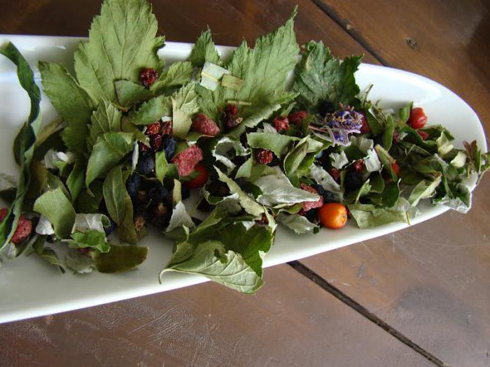 Tea from currant leaves and raspberries