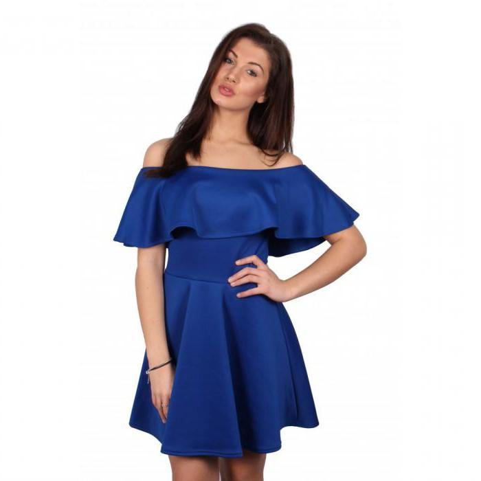 Голубое платье с воланом на плечах