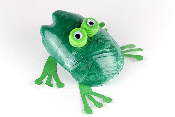 как сделать лягушку из пластиковой бутылки