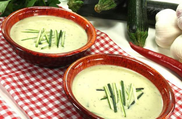 Cream soup of zucchini and potatoes.