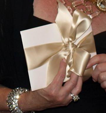 прикольное вручение подарка на свадьбу
