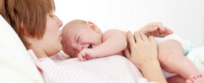 Почему при кормлении ребенок дергается