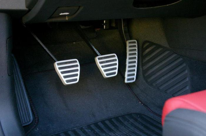 В машине где какая педаль находится