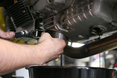 Через сколько километров менять масло в двигателе