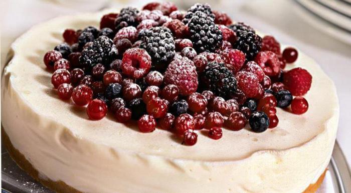 торт украшенный ягодами