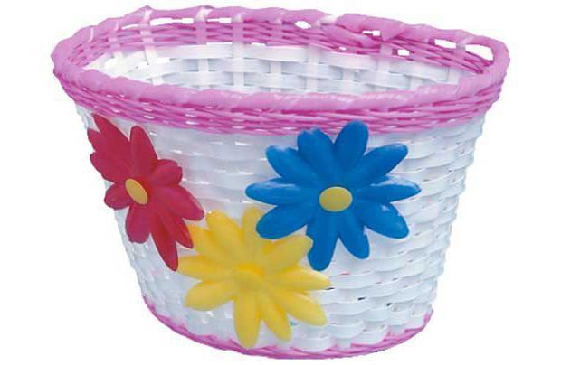 weaving baskets from plastic bottles