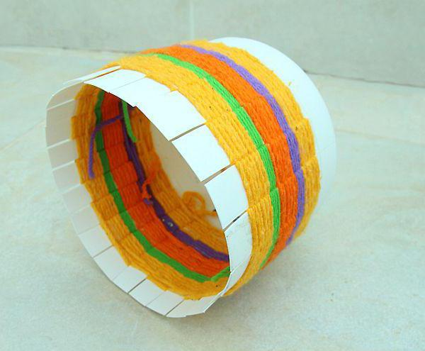 step-by-step instruction for weaving baskets from plastic bottles