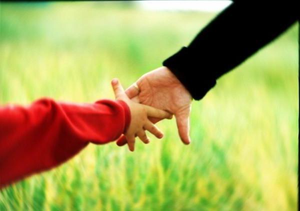 рука женщины в руке мужчины
