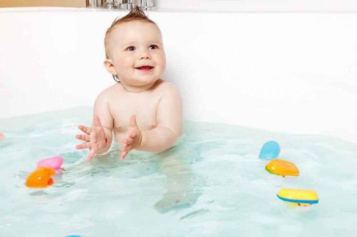 Как правильно купать новорожденного девочку