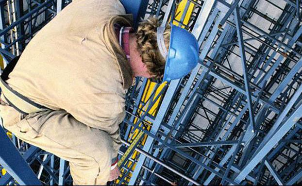 What are the duties of workers in the field of labor protection