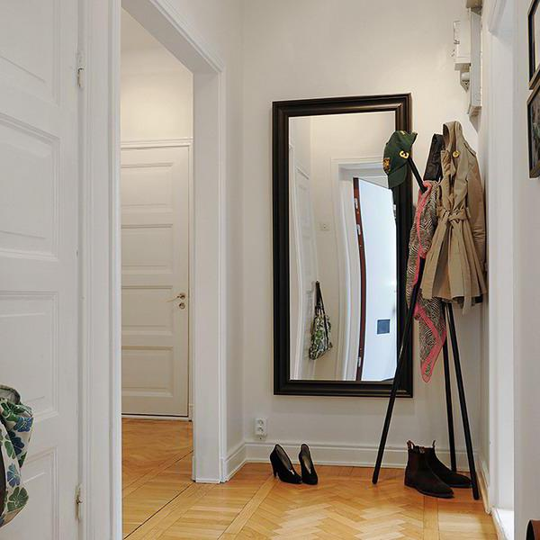 How to hang a mirror on the wall
