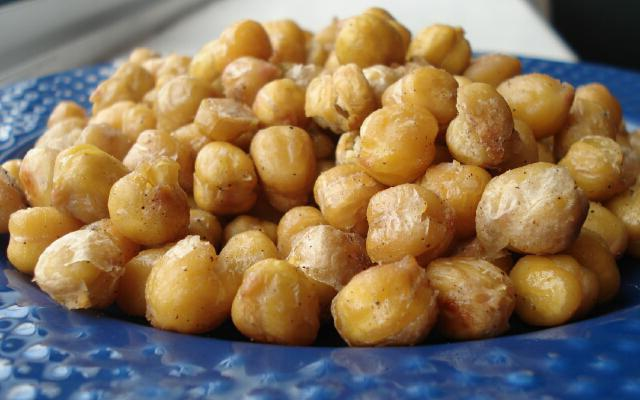 what is the difference between chickpeas and peas