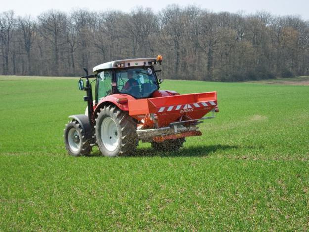 Organic fertilizer spreader
