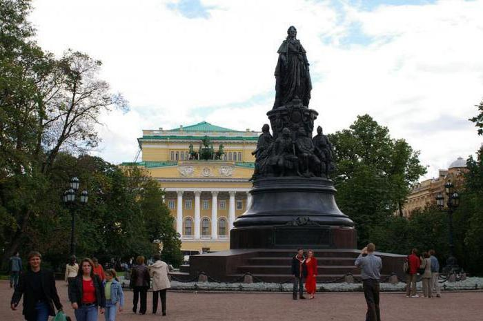 monument to Catherine 2 in St. Petersburg description