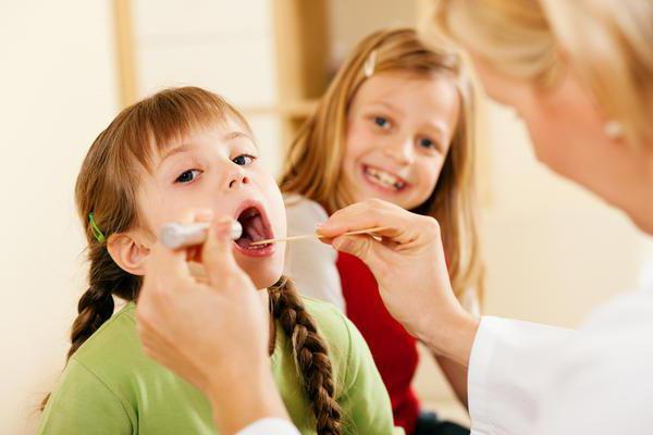 У ребенка болит горло: причины, симптомы, лечение